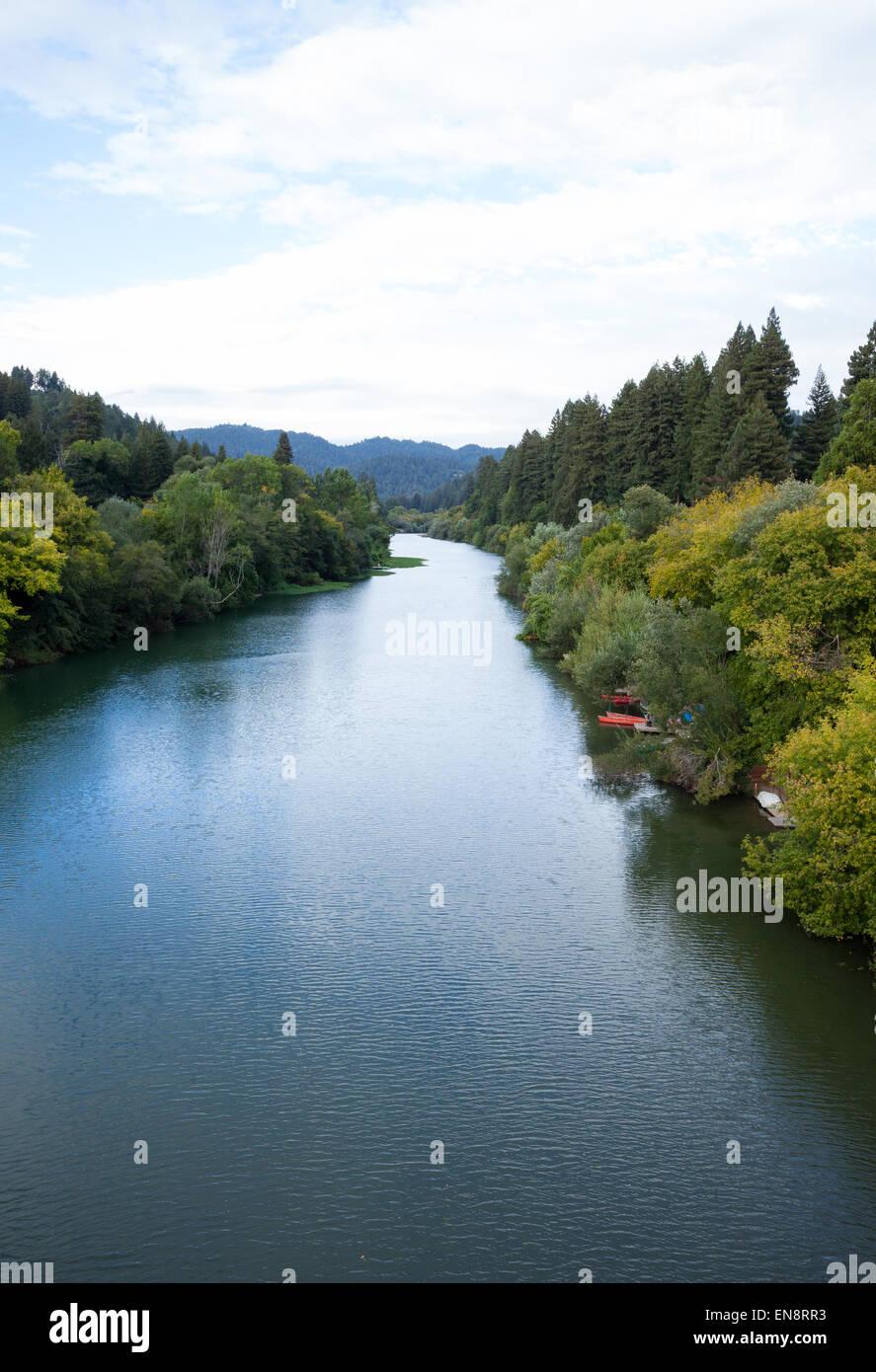Una vista del fiume russo vicino Guernville nella California del Nord. Immagini Stock