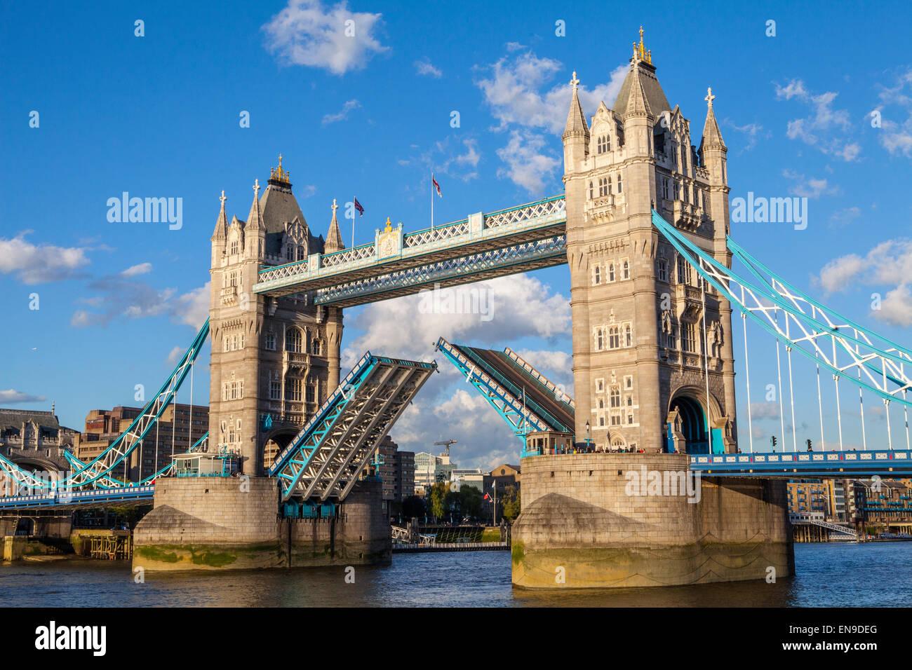 Il Tower Bridge 'aperto' sul Fiume Tamigi a Londra. Immagini Stock