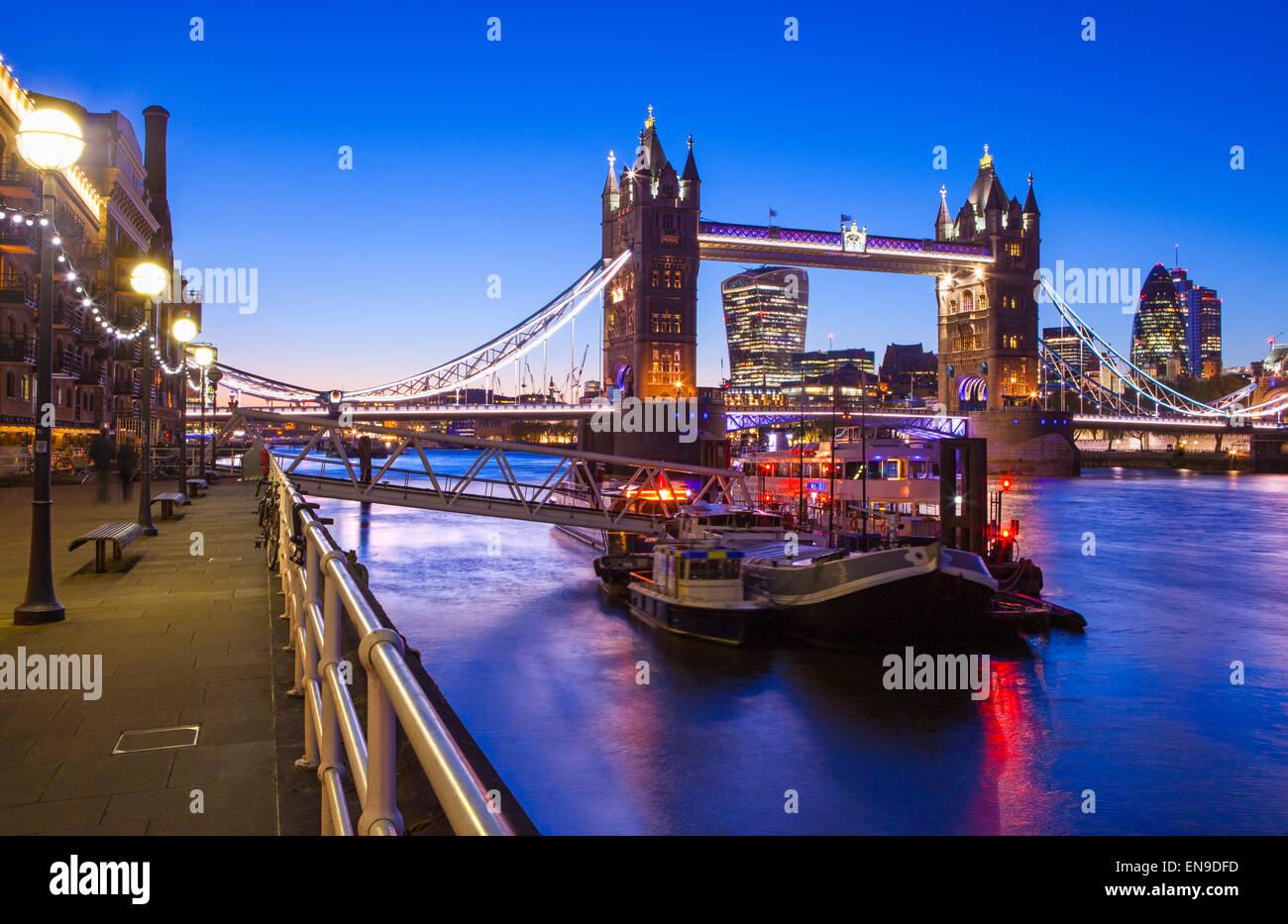 Un bellissimo tramonto-tempo vista del Tower Bridge e il fiume Tamigi a Londra. Immagini Stock