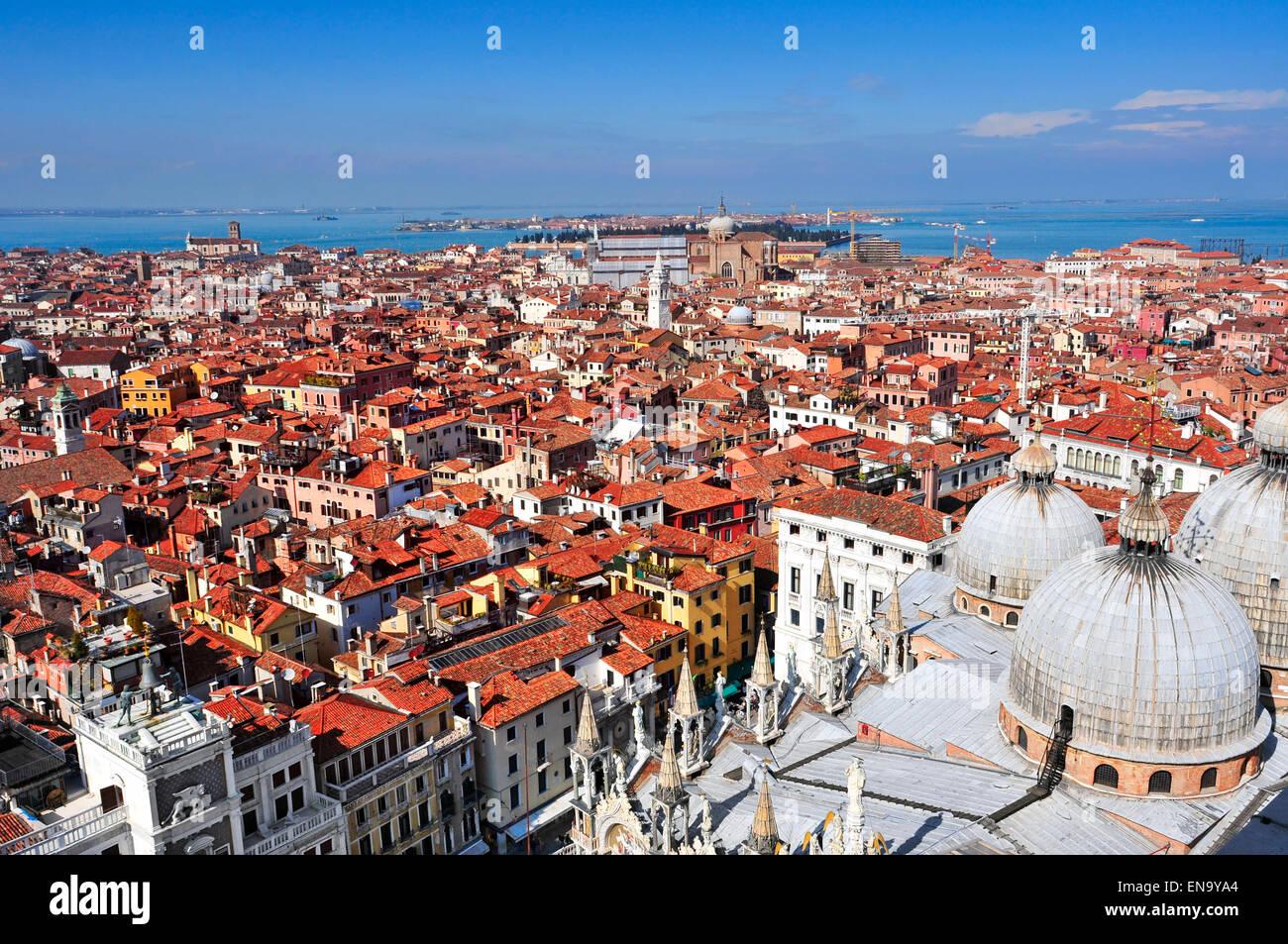 Vista aerea della Cattedrale Patriarcale Basilica di San Marco e sui tetti di Venezia, Italia Immagini Stock