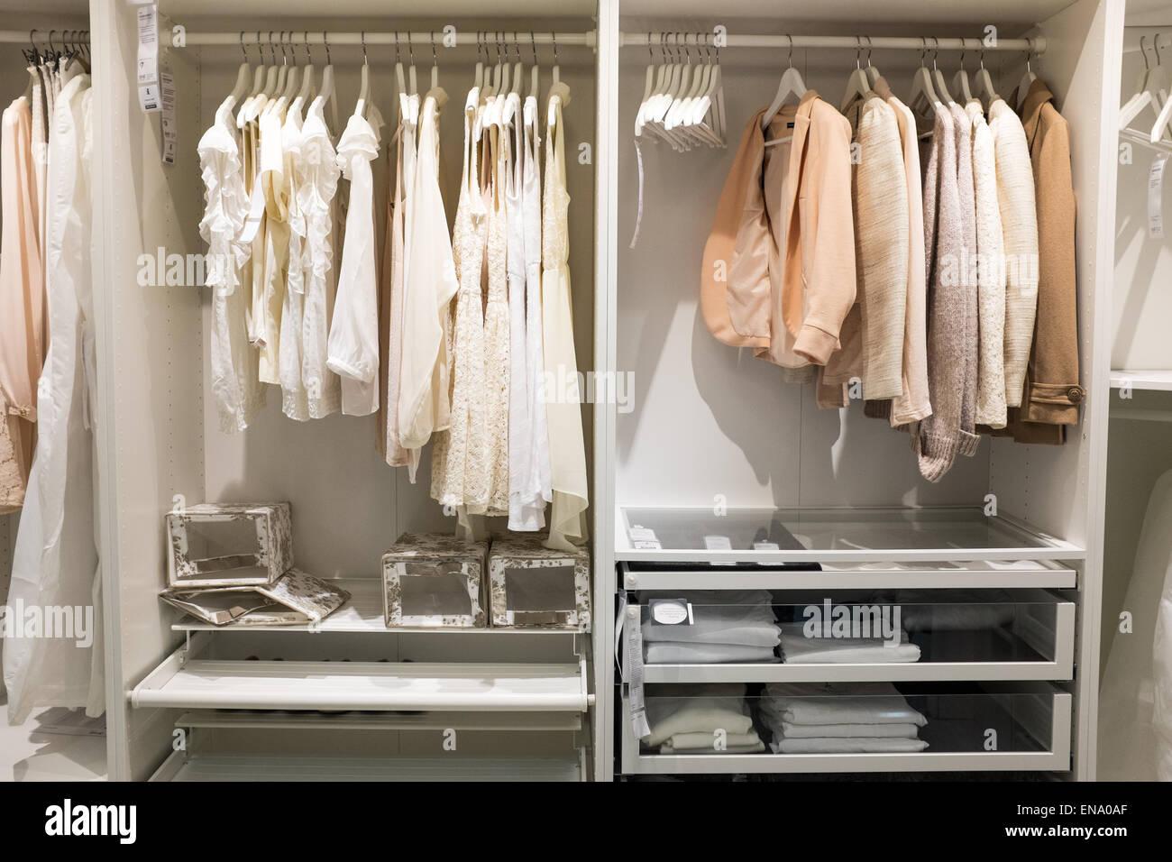 Camera da letto Armadio display a Ikea con vestiti su ...