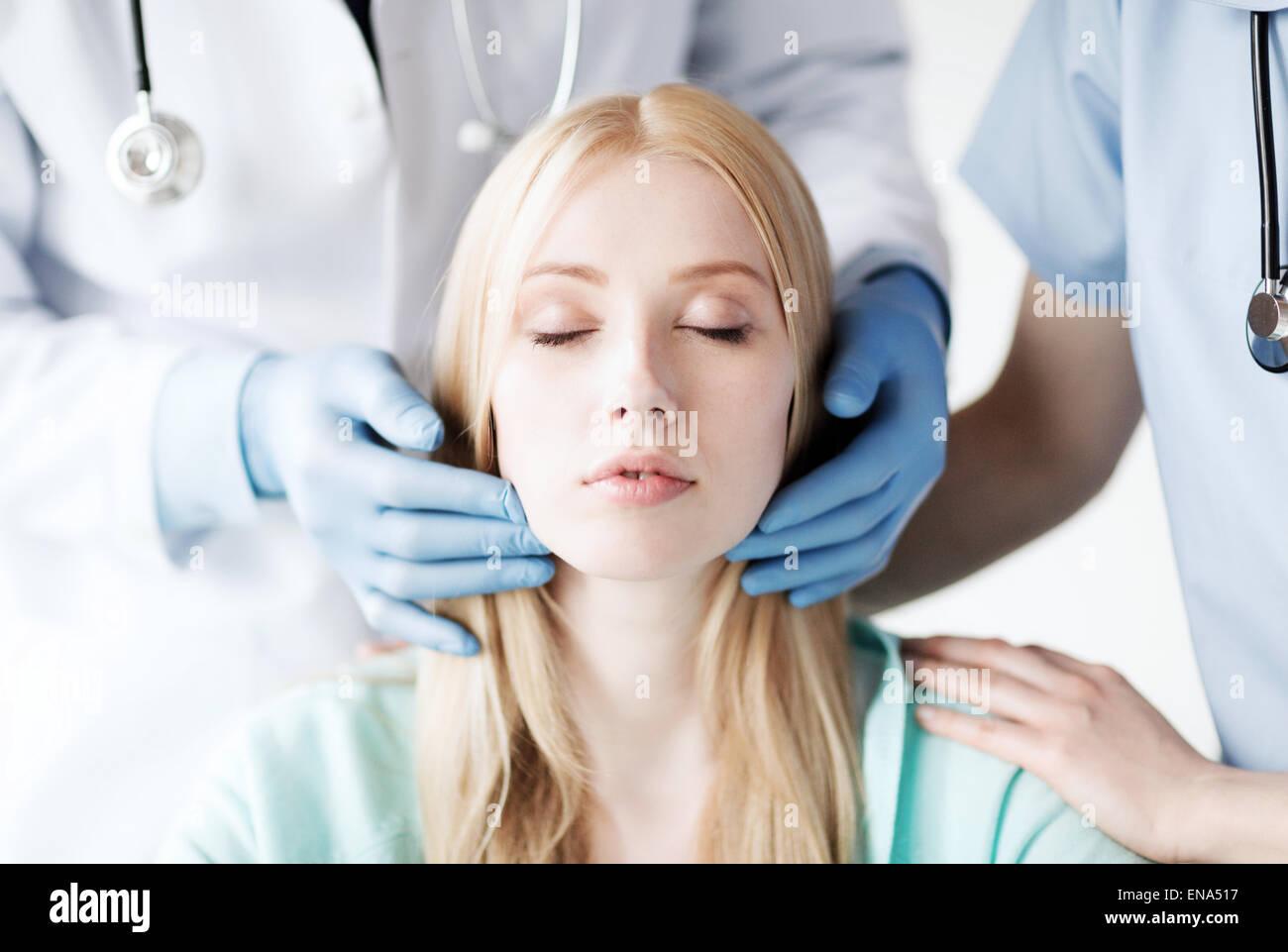 Un chirurgo plastico o un medico con il paziente Immagini Stock