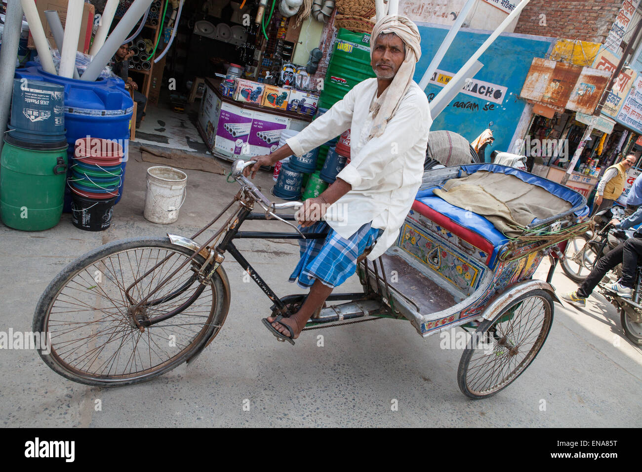 Un ciclo di risciò rider in Rohtak Immagini Stock