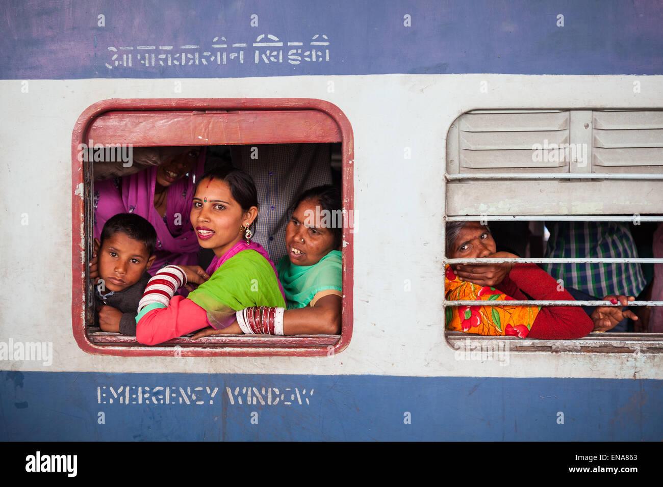 Passeggeri presso la finestra di una seconda classe di trasporto in treno alla stazione ferroviaria di Rohtak, Haryana, Immagini Stock