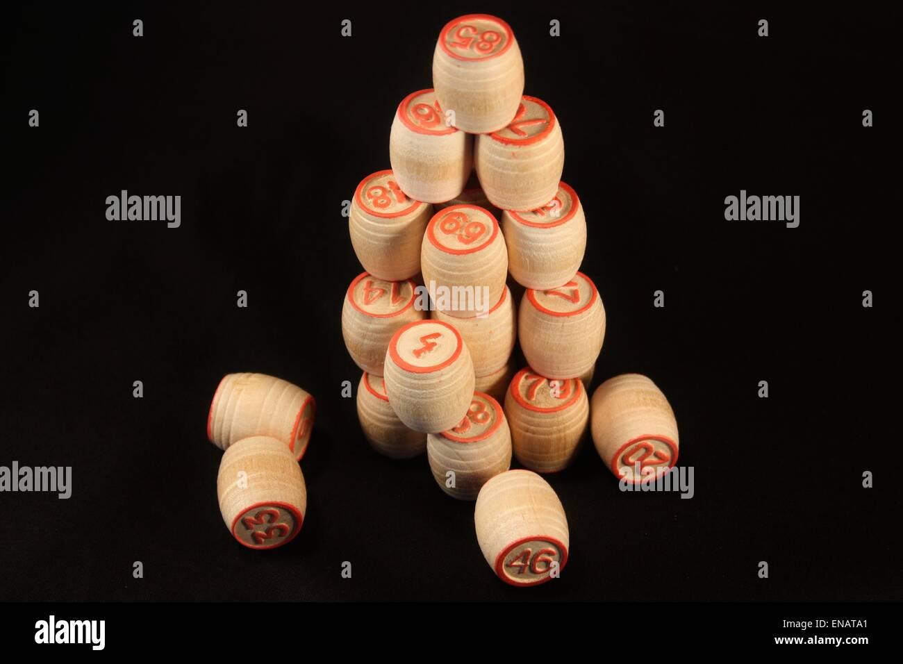 Piccole botti lotto allineate in una piramide Immagini Stock