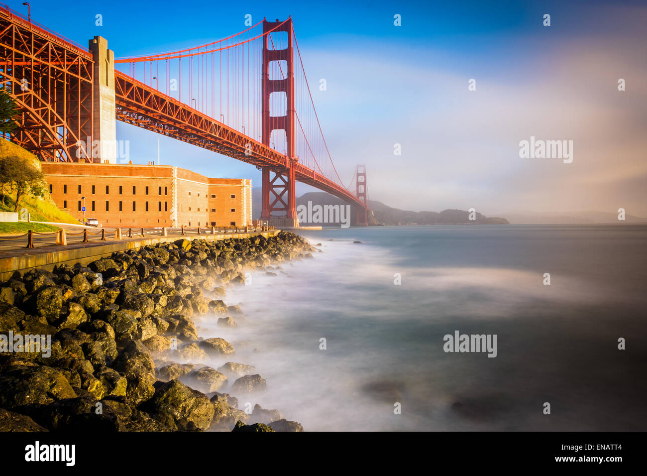 Una lunga esposizione del Golden Gate Bridge, visto ad alba da Fort Point, San Francisco, California. Immagini Stock