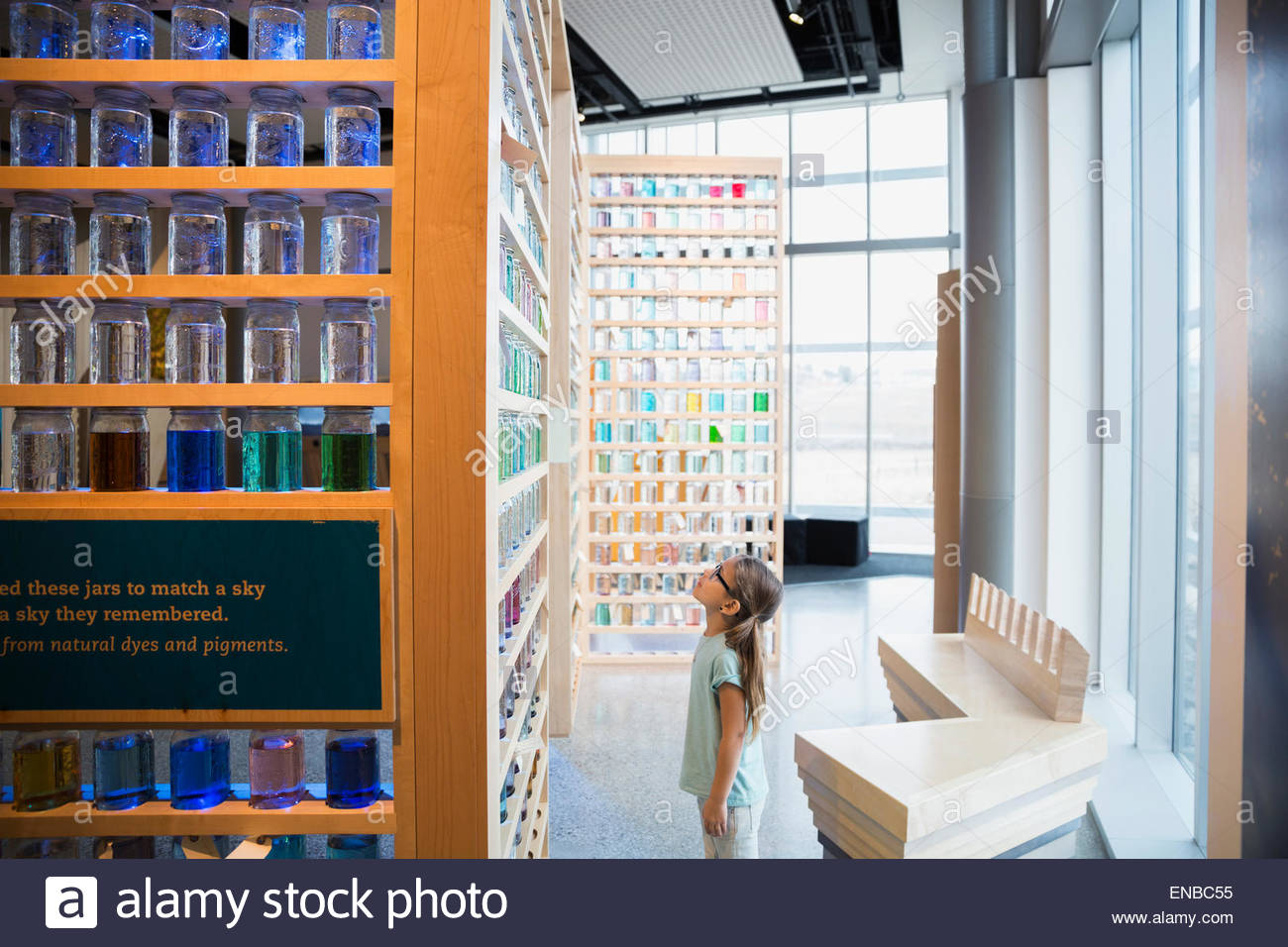Curioso ragazza cercando display jar science center Foto Stock