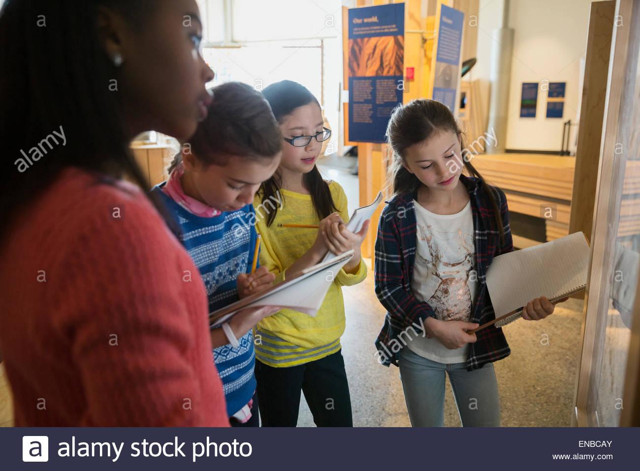 Gli studenti a prendere appunti geologia mostra al centro di scienze naturali Immagini Stock