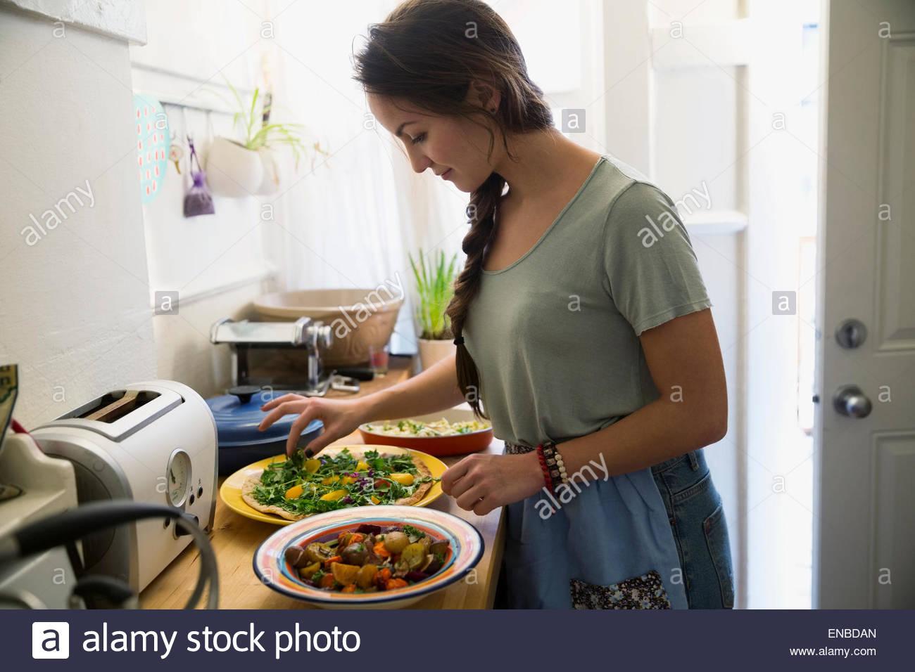 La donna la cottura in cucina Immagini Stock