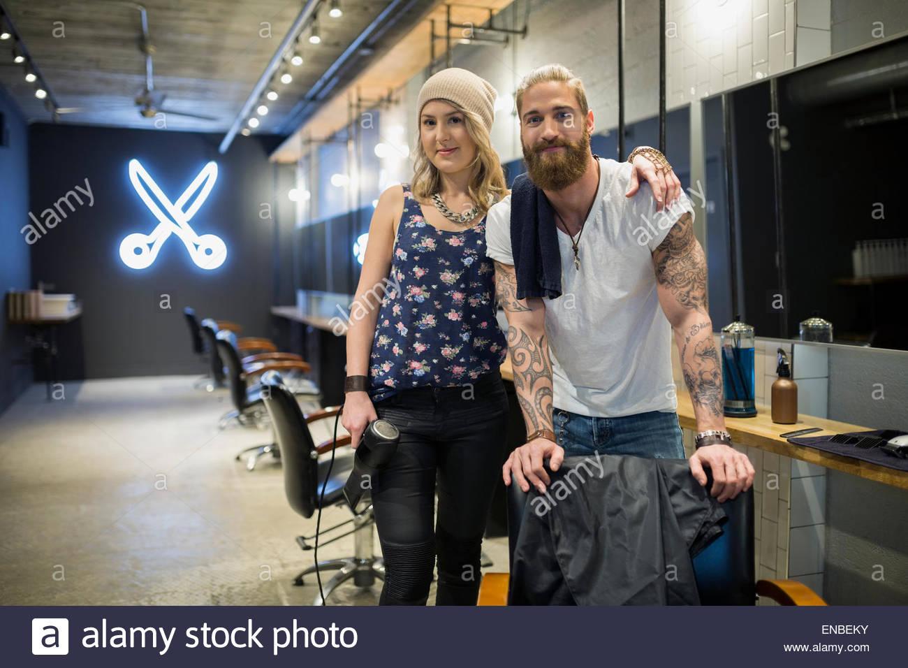 Ritratto fiducioso hipster parrucchiere partner nel salone di parrucchiere Immagini Stock