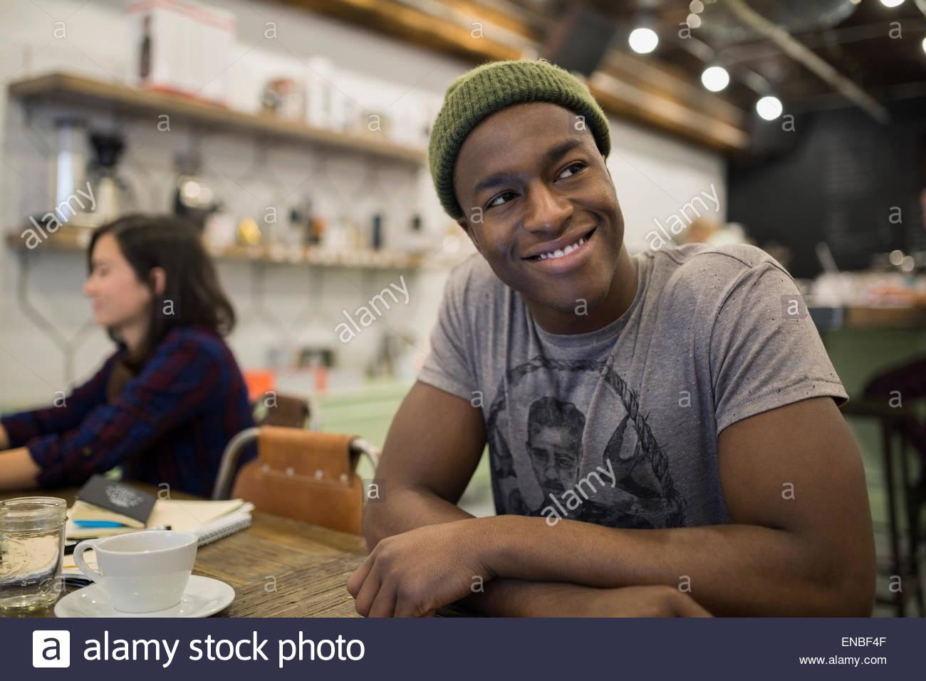 Uomo sorridente in cafe Immagini Stock