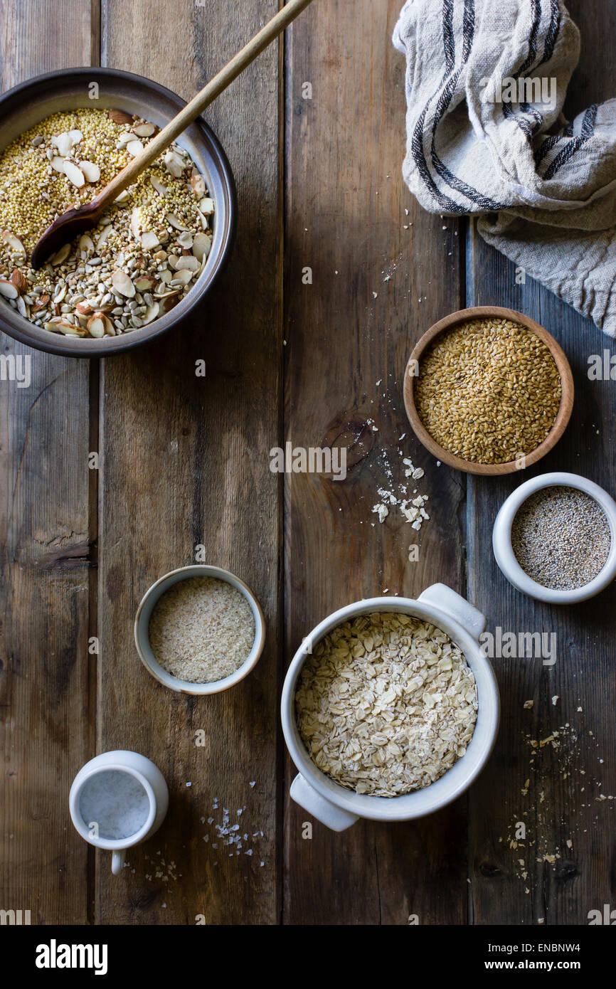 La cottura di un vegano senza glutine e dado di pane di sementi Immagini Stock