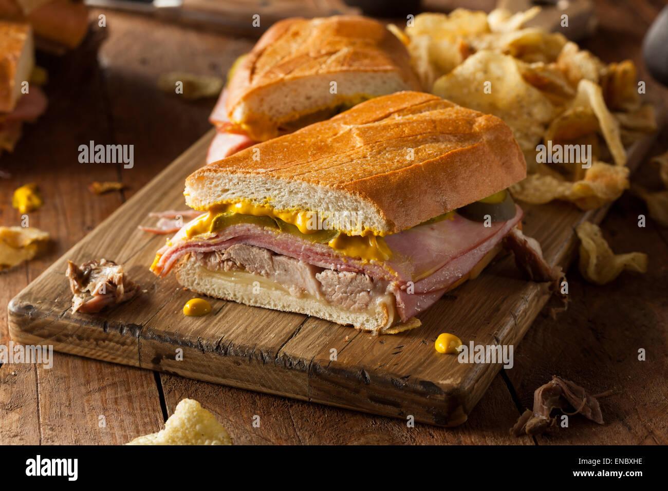 In casa tradizionale sandwich cubano con prosciutto di maiale e formaggio Immagini Stock