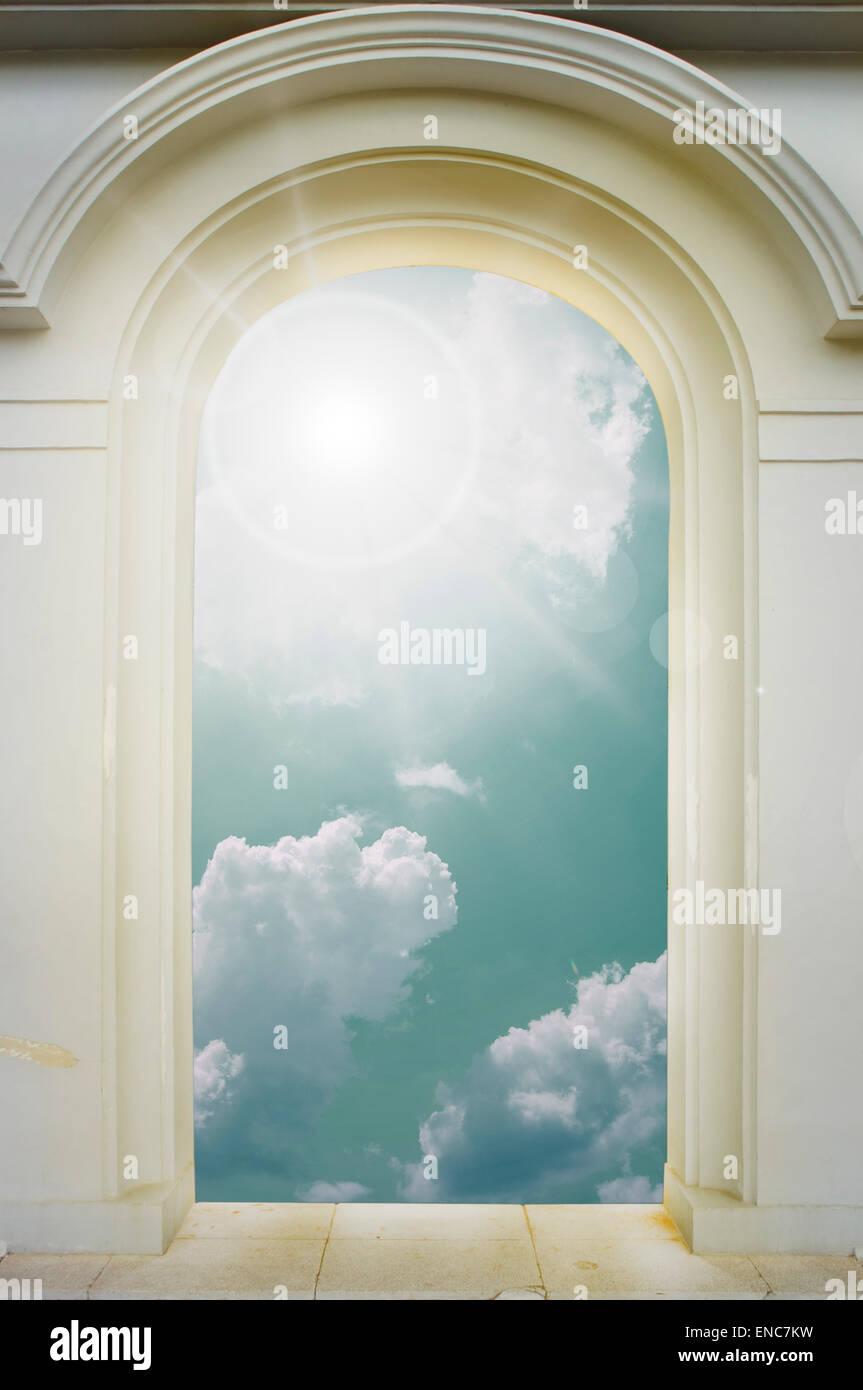 Arco Per Porta porta con apertura ad arco per un bellissimo cielo foto