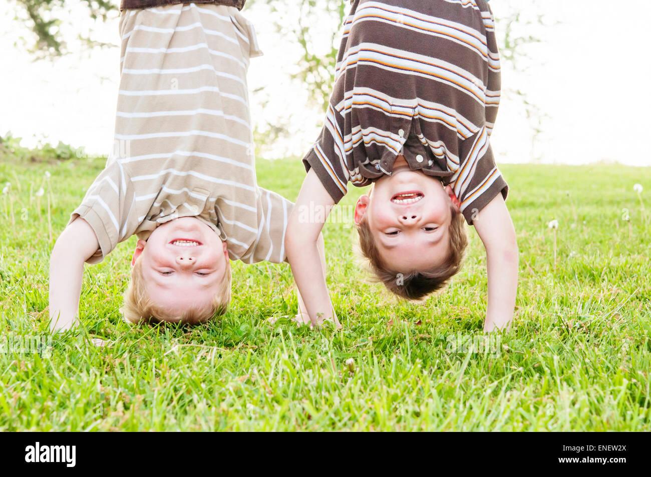 Due ragazzi capovolto Foto Stock
