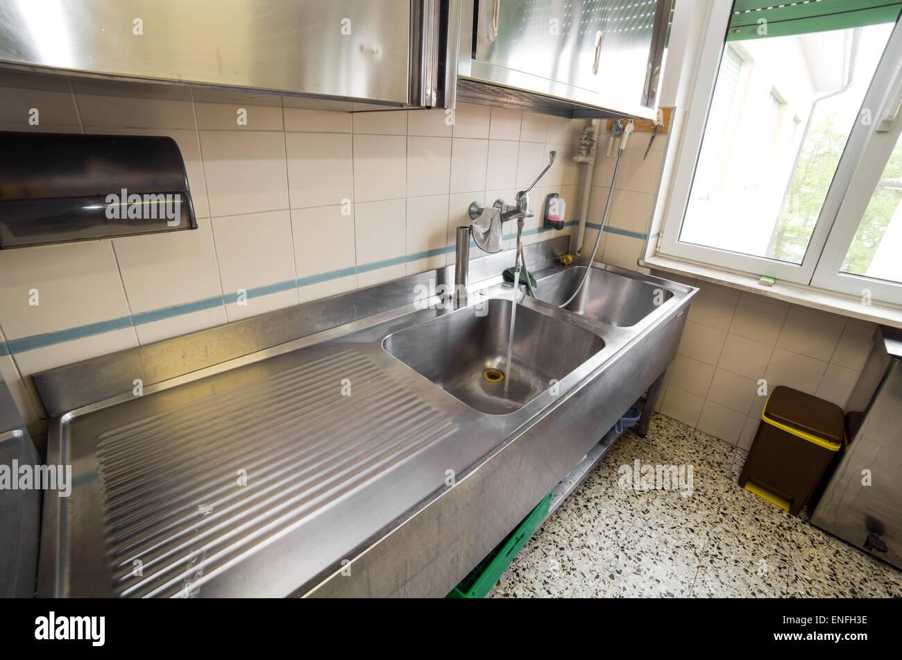 Grande Lavello In Acciaio Inox Cucina Industriale Con Rubinetto Aperto Foto Stock Alamy