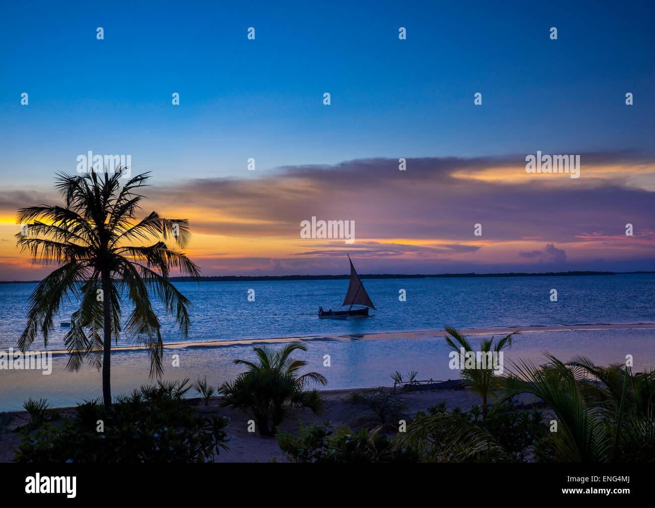 Dhow al tramonto, Contea di Lamu, Kizingoni Beach, Kenya Immagini Stock