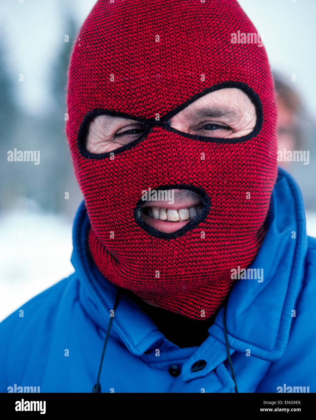 trova fattura nuovo concetto più colori Un rosso e nero passamontagna di maglia copre e riscalda la ...