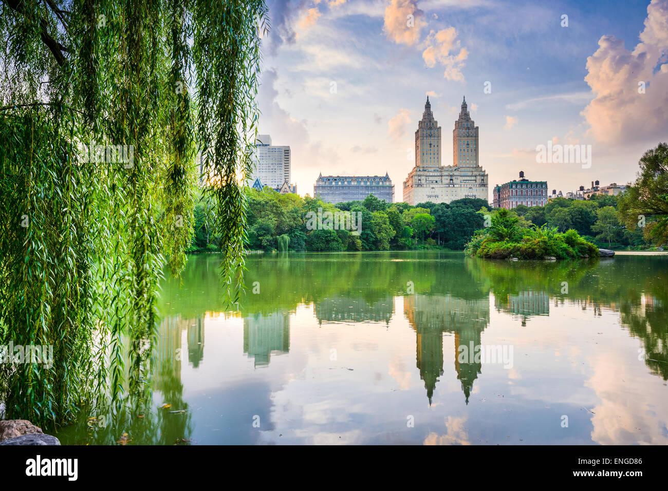 La città di New York, Stati Uniti d'America presso la Central Park Lake e Upper West Side skyline. Immagini Stock