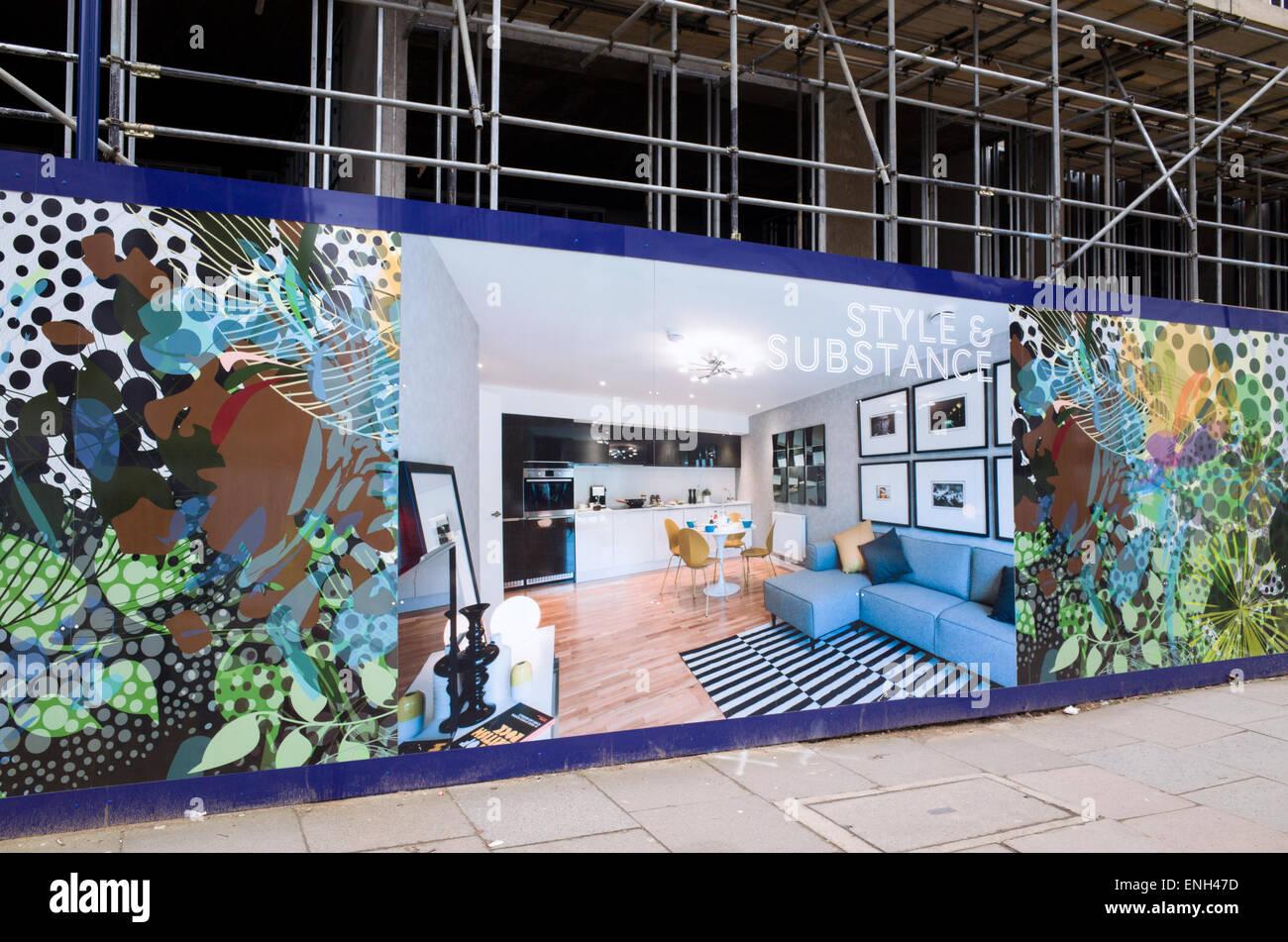 CGI di un alloggiamento nuovo sviluppo su pannelli che circondano il sito di costruzione, London, England, Regno Foto Stock