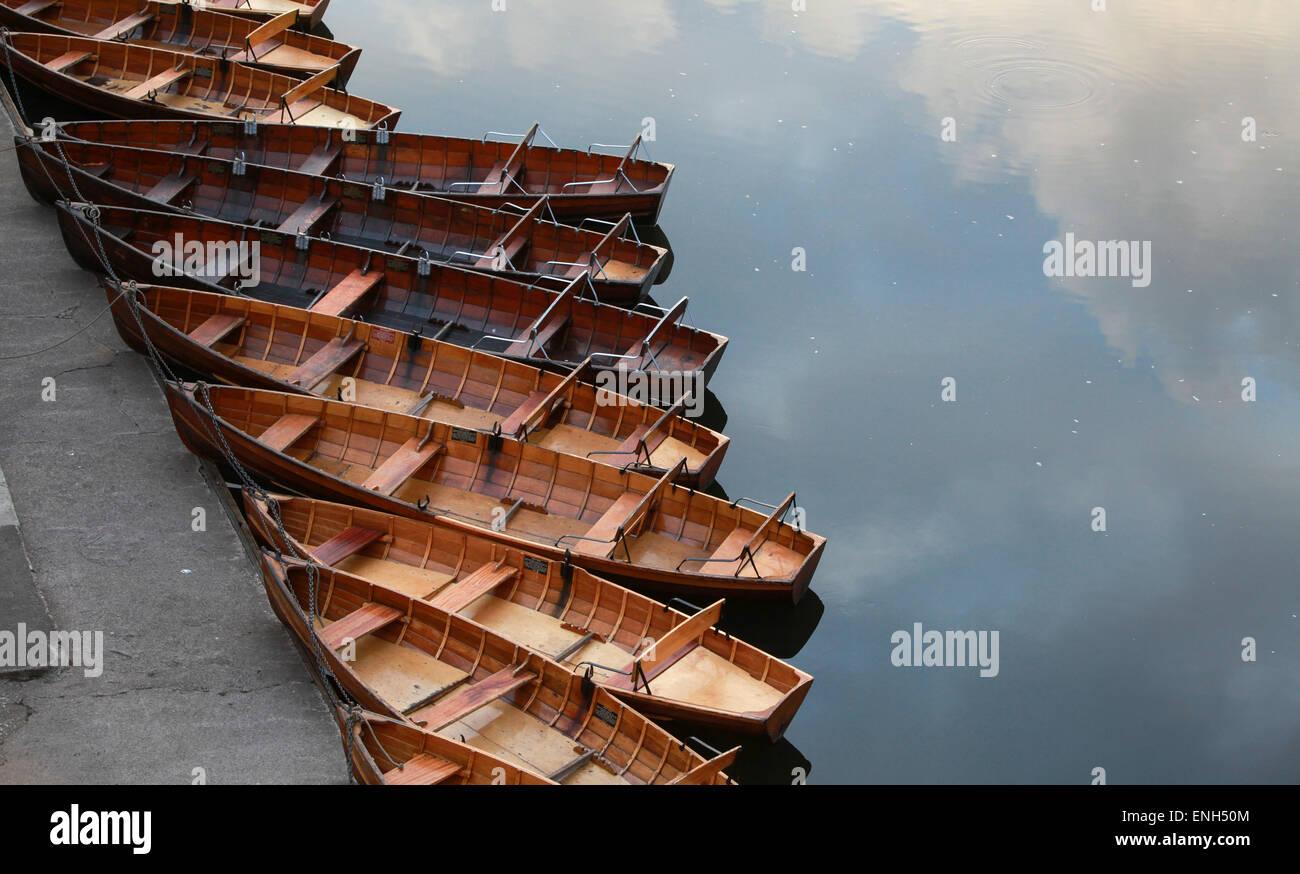 In legno tradizionali imbarcazioni a remi sul fiume usura in Durham Immagini Stock