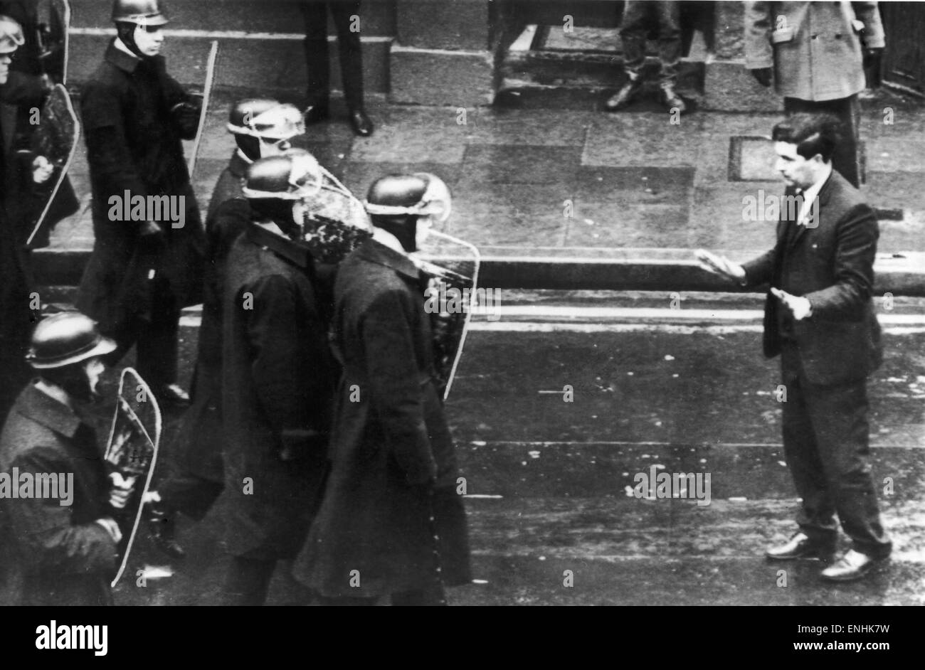 Una squadra di helmeted polizia con scudi si muovano per rompere una folla di dimostranti, leader dei diritti civili Immagini Stock