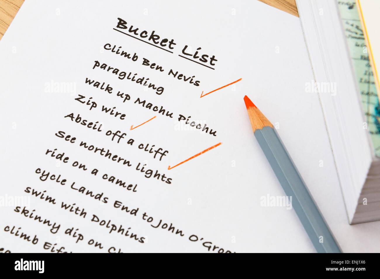 Inglese persona della benna elenco di cose da fare scritto su notepaper con alcuni risultati segnare in rosso. Wishful Immagini Stock