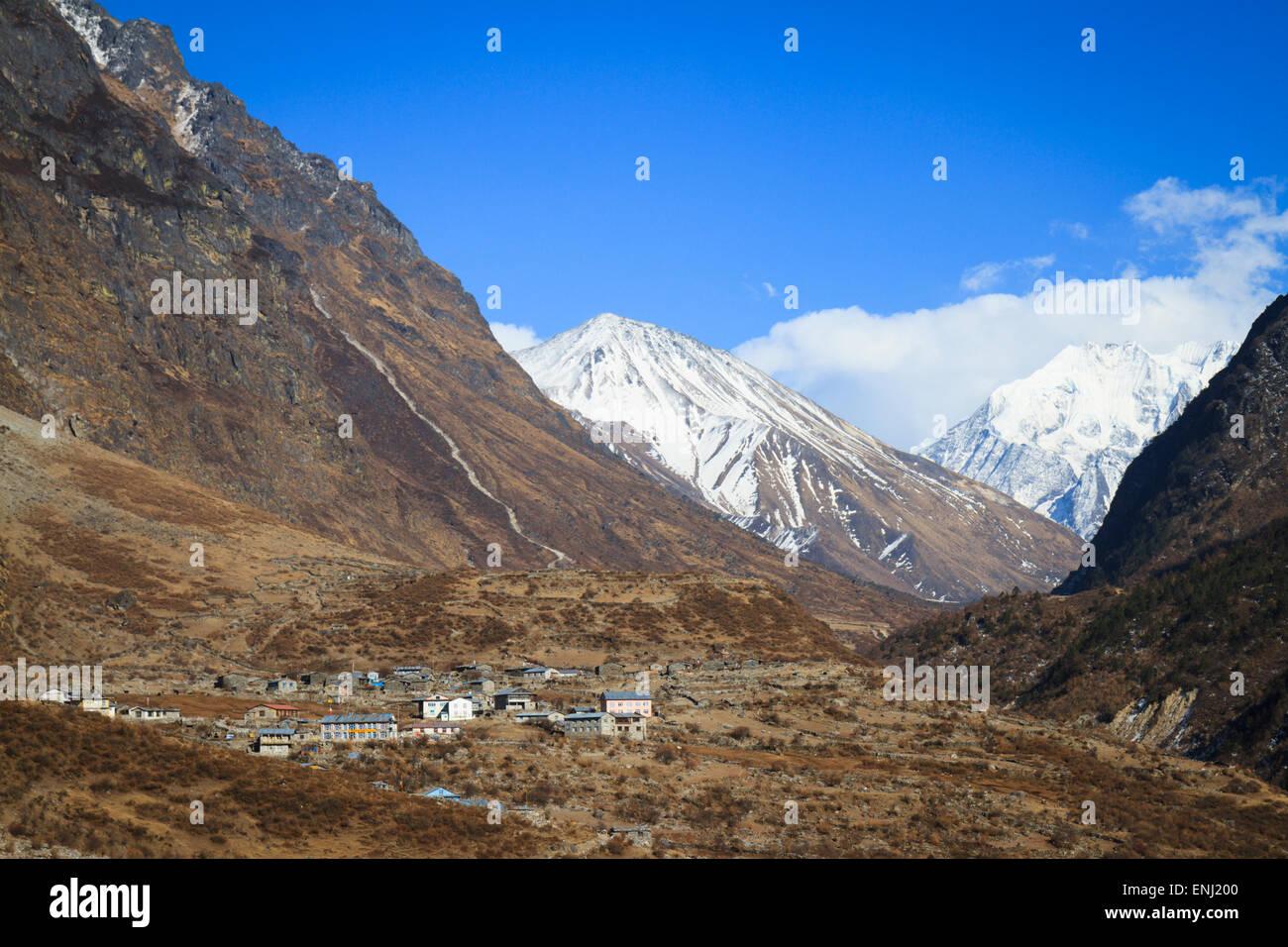 Altitudine elevata scenario della valle e vista sul villaggio Langtang da vicino Chyamki, Langtang, Nepal Foto Stock