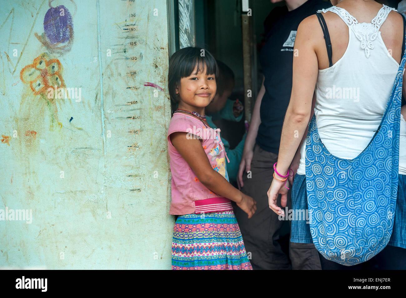 Studenti volontari ad aiutare una giovane ragazza dell'orfanotrofio a Sangkhlaburi. Kanchanaburi. Della Thailandia Immagini Stock