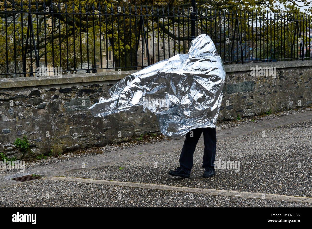 Un uomo ricoperto in argento di un foglio di lamina a piedi lungo Derry pareti in Londonderry Immagini Stock