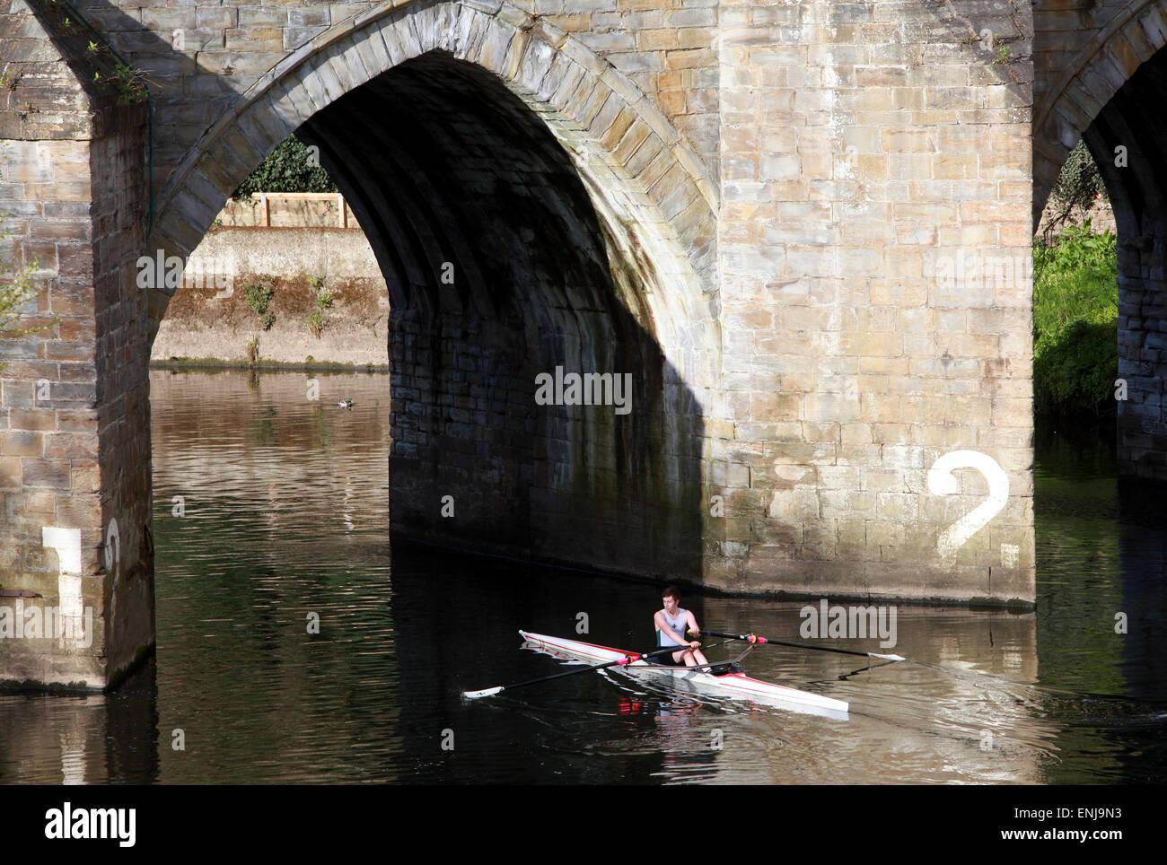 Un vogatore righe sul fiume indossare sotto Elvet Bridge in Durham City Immagini Stock