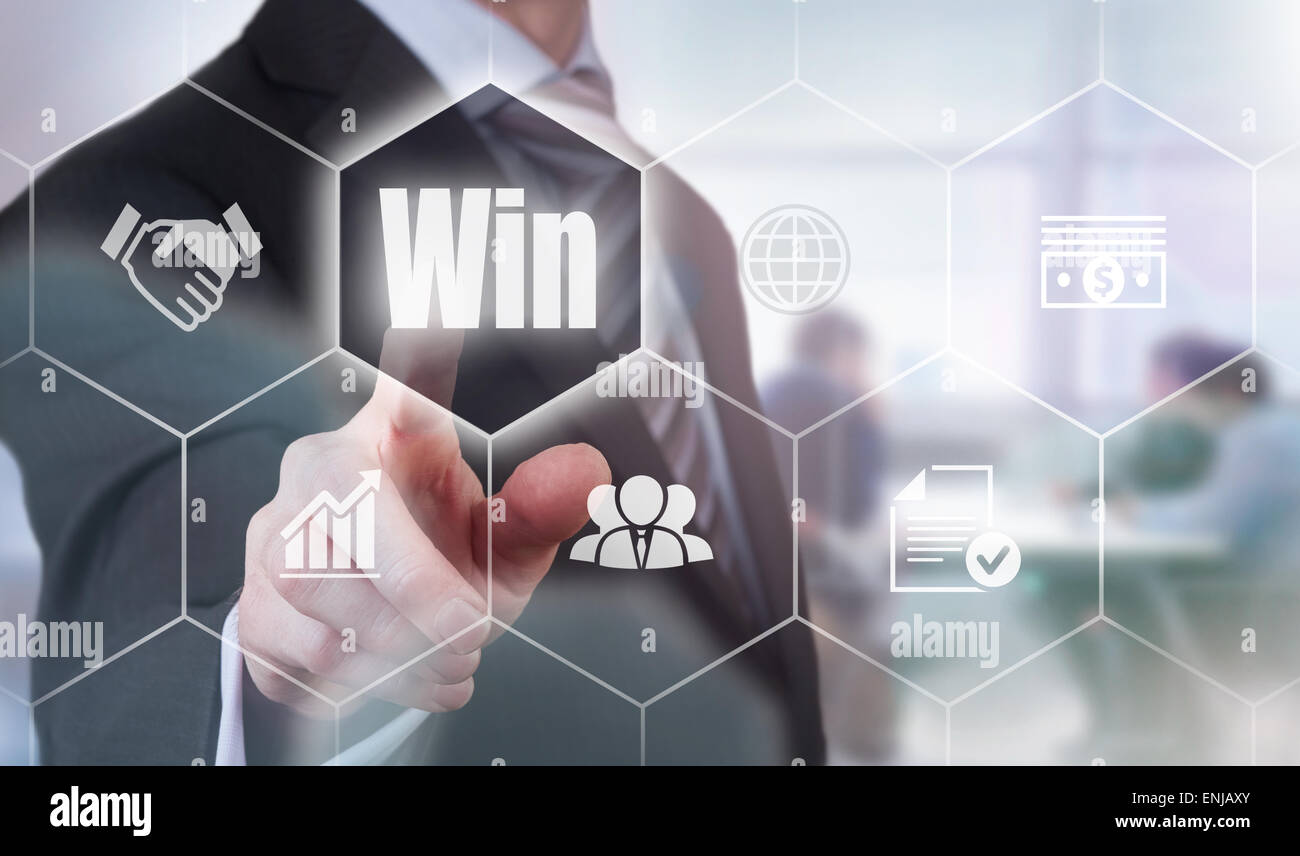 Imprenditore premendo un concetto Win pulsante. Immagini Stock