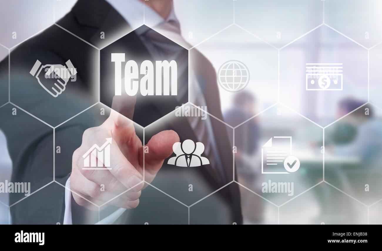 Imprenditore premendo un concetto di squadra Button. Immagini Stock