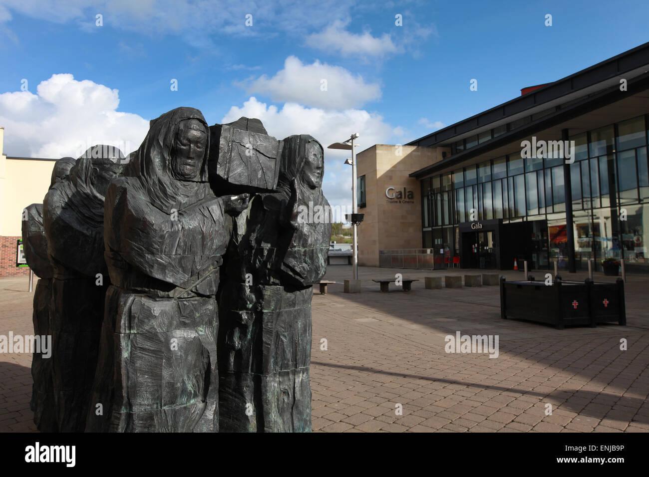 Il viaggio della scultura da Fenwick Lawson, monaci carriyng la bara di St Cuthbert, in luogo del millennio in Durham Immagini Stock