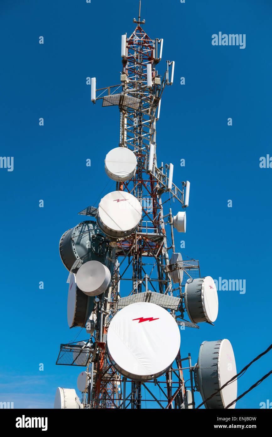 Antenne di comunicazione e i piatti su hill top Grecia Immagini Stock