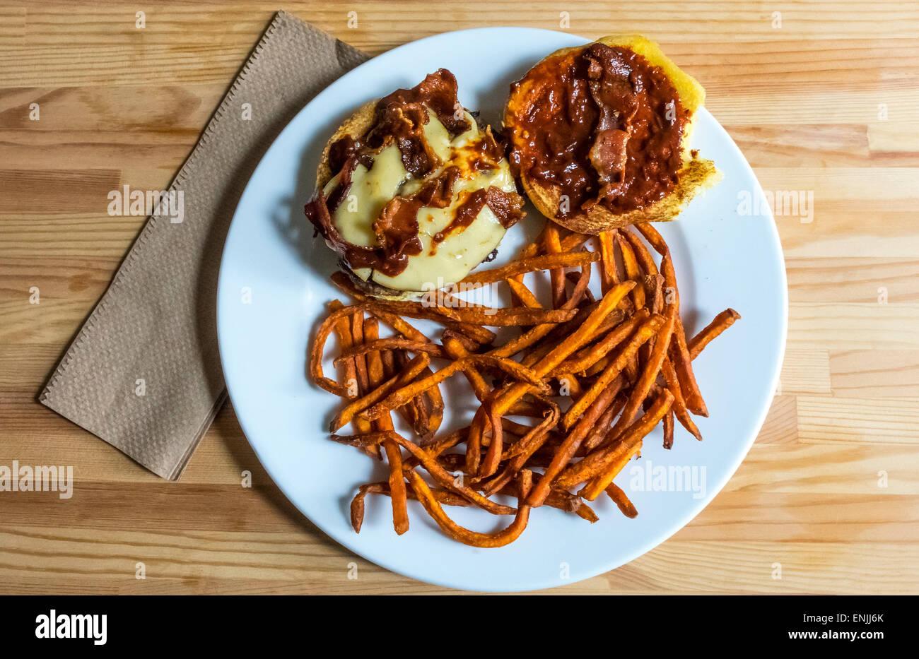 Bacon cheeseburger con salsa piccante e shoestring patata dolce patate fritte Immagini Stock