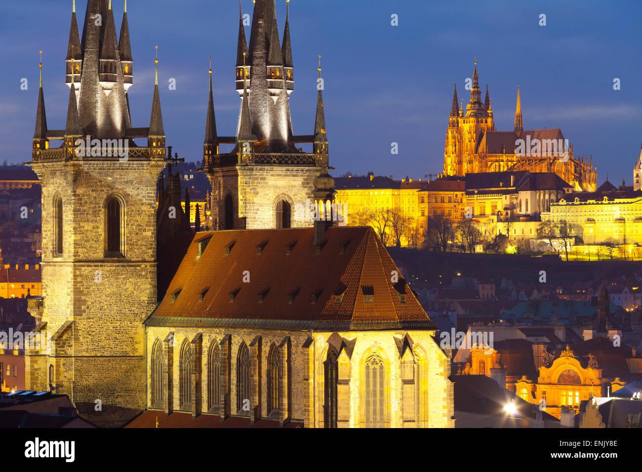 Panoramica della chiesa di Nostra Signora di Tyn e il Castello di Praga, patrimonio mondiale dell UNESCO, Praga, Immagini Stock