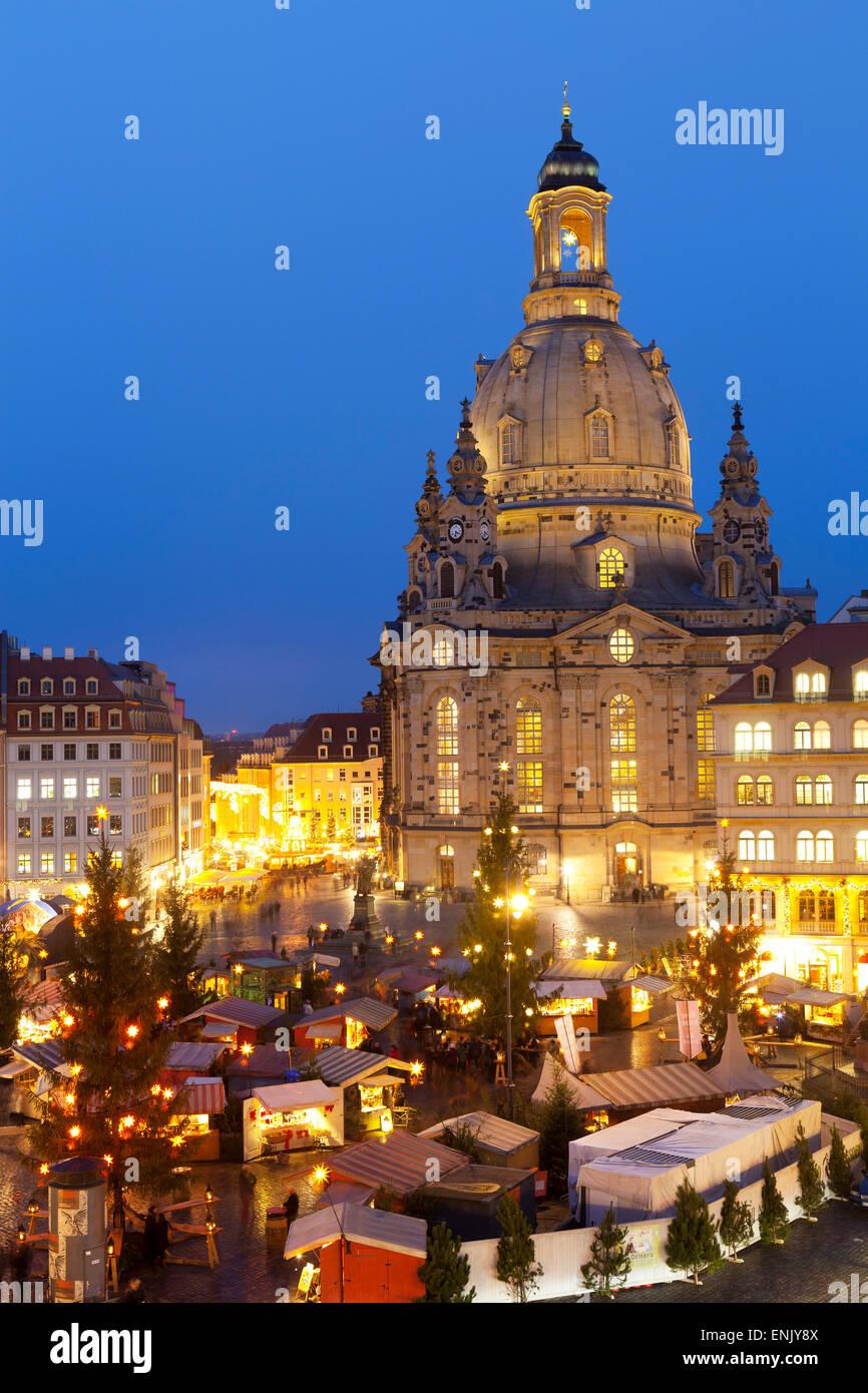 Panoramica del Mercato Nuovo Mercato di Natale sotto la Frauenkirche di Dresda, Sassonia, Germania, Europa Immagini Stock