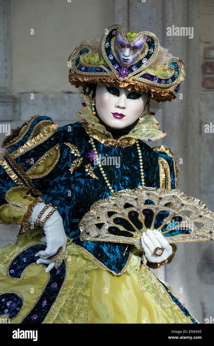 Lady in blu e oro, con ventilatore, il Carnevale di Venezia, Venezia, Veneto, Italia, Europa Immagini Stock
