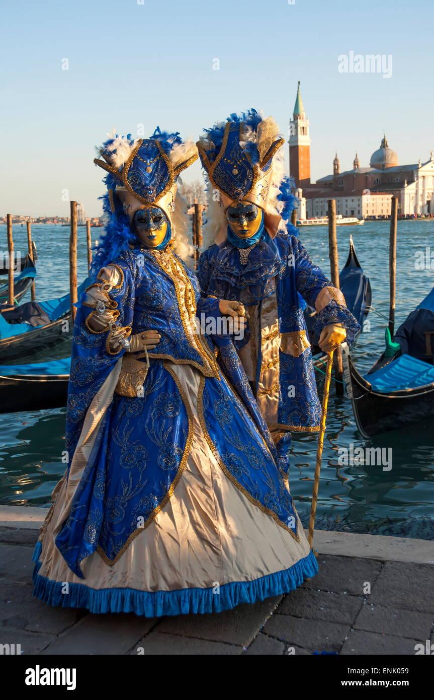 Due signore in blu e oro, maschere del carnevale di Venezia Venezia, Sito Patrimonio Mondiale dell'UNESCO, Veneto, Immagini Stock