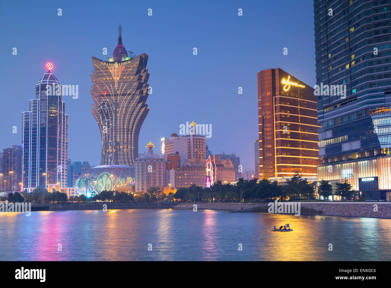 Grand Lisboa e Wynn Hotel and Casino al crepuscolo, Macau, Cina e Asia Immagini Stock