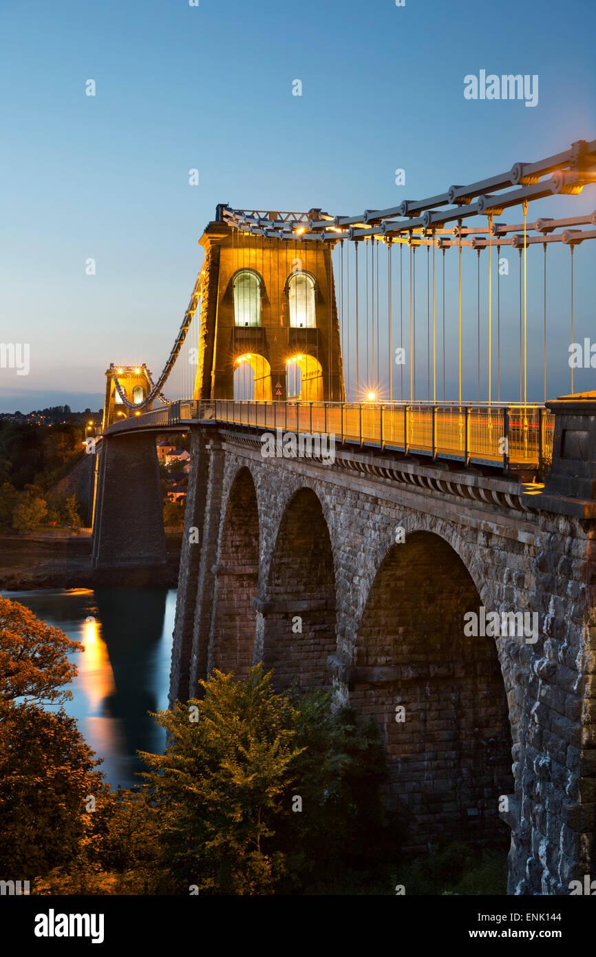 Menai Bridge di sospensione di notte, costruito nel 1826 da Thomas Telford, Bangor, Gwynedd, Wales, Regno Unito, Immagini Stock