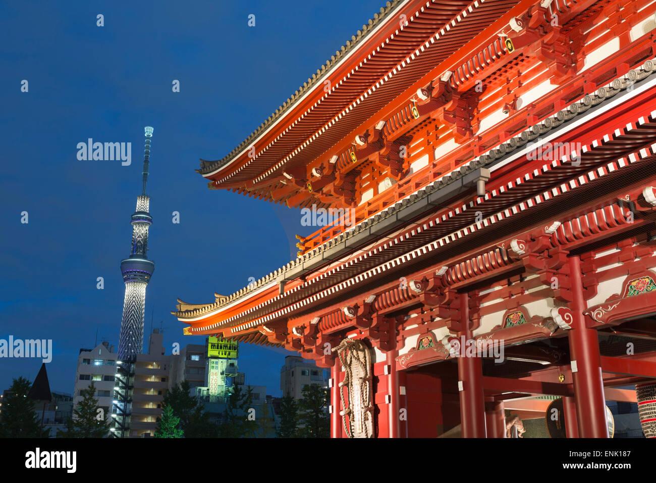Il Tempio di Senso-ji e Torre Skytree di notte, Asakusa, Tokyo, Giappone, Asia Immagini Stock