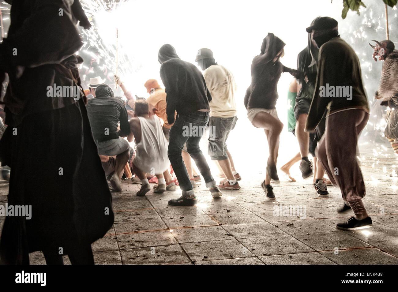Spagna, Mallorca, Felanix, Correfoc attraverso il villaggio. Un tradizionale personalizzata durante la fiesta. Immagini Stock