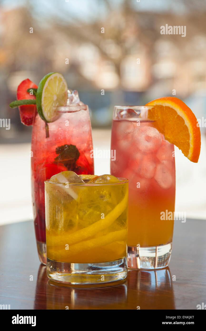 Cocktail colorati su un bar Immagini Stock
