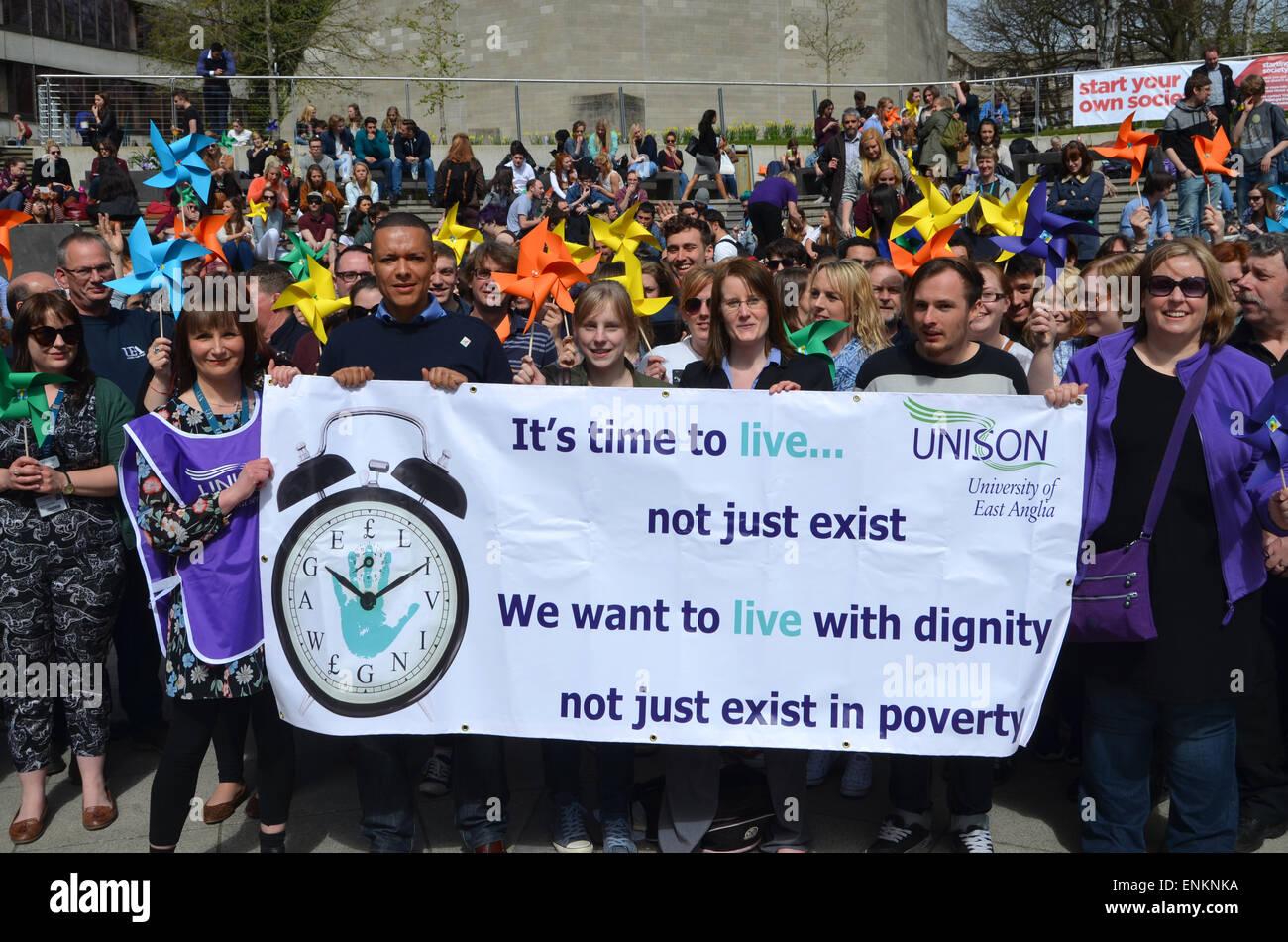 UNISON viva protesta dei salari sull'UEA campus e Norwich Sud candidato del lavoro Clive Lewis, Aprile 2015 Immagini Stock
