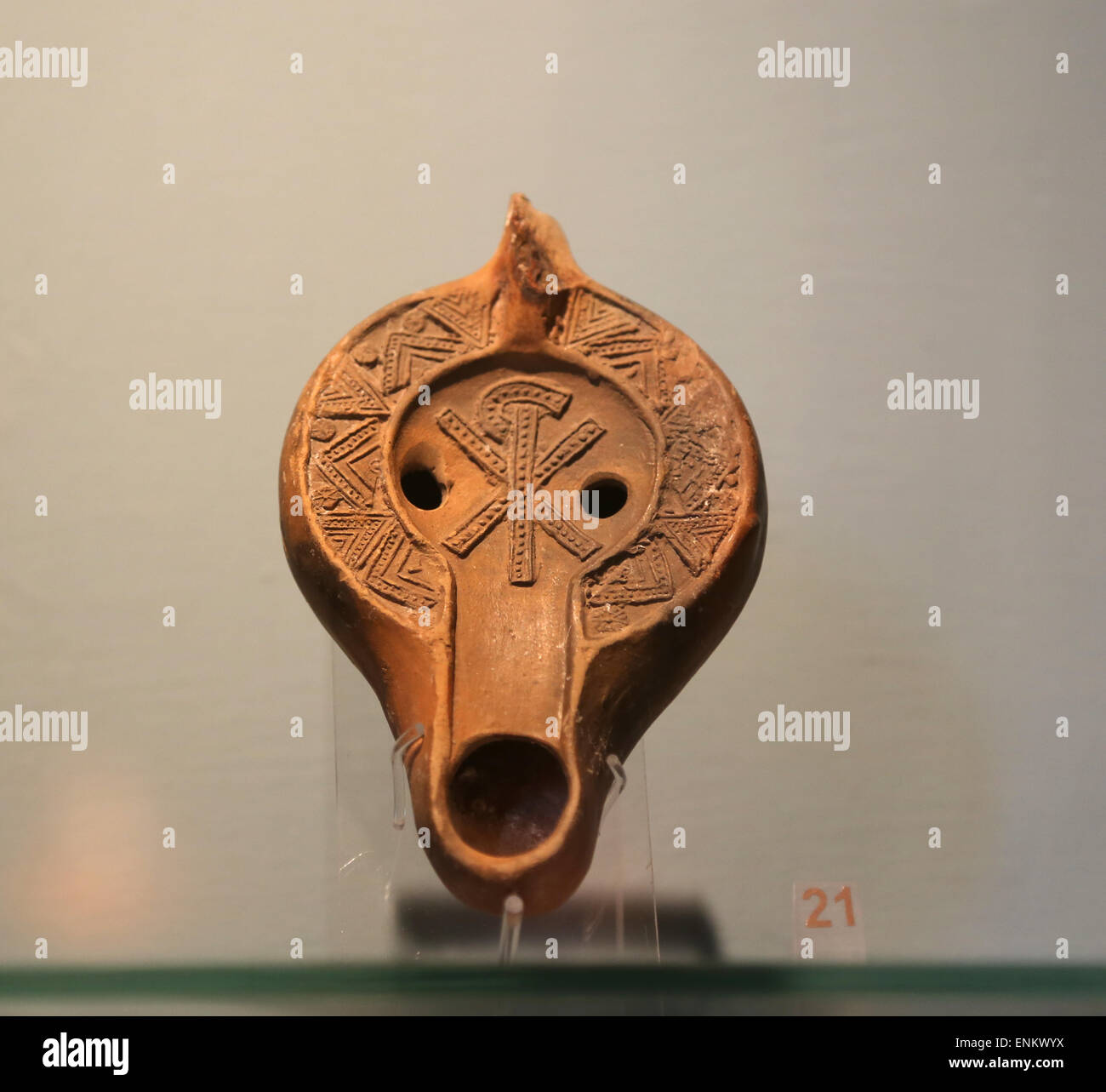 Dei primi cristiani. Roman lampada a petrolio. Adornata con chi Rho simbolo. 4a-6a secolo D.C. Musei Vaticani. Città Immagini Stock