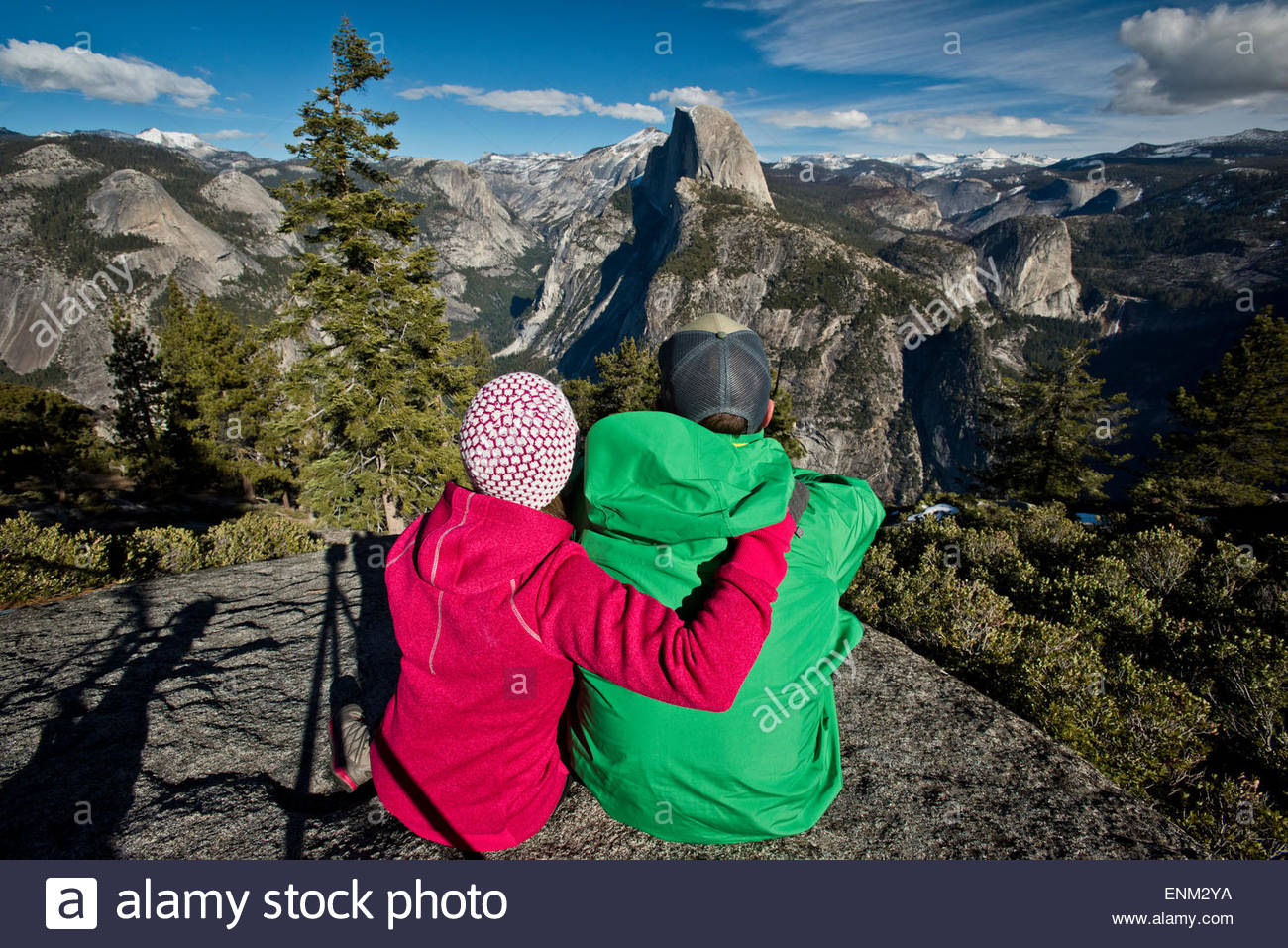 Un paio di escursionisti per prendersi una pausa di guardare a mezza cupola nel Parco Nazionale di Yosemite. Immagini Stock
