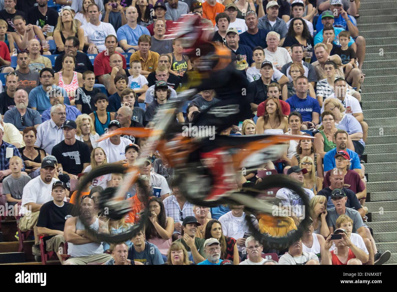 VISION BLUR- Guardando i guardiani di guardare un biker salti in aria il traguardo del 2013 Endurocross finali al Immagini Stock