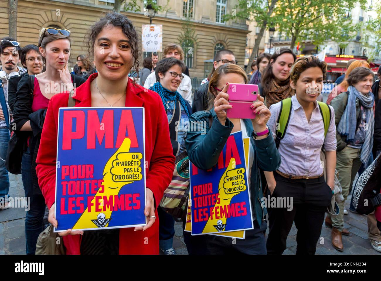 Anniversario Di Matrimonio In Francese.Parigi Francia Manifestazione In Strada Secondo Anniversario